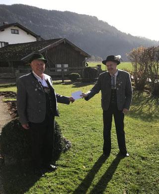 Georg Englhart gratuliert Gauvorstand Hans Schwaiger