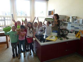 Es ist angerichtet: Schüler der Koch-AG präsentieren in der Schulküche der Aloisiusschule mit ihrer Betreuerin Frau Heithausen (rechts) die neuen Kochutensilien.