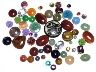 photos de cabochons pour bijoux brodés en pierre, cristal, résine, verre, céramique de dfférentes couleurs et formes