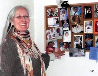 Heilpraktiker Bielefeld Heilpraktikerin Tabea C. Rotermund vor Ihrer Wunschkinder - Wand. Die erfahrene Krankenschwester ist spezialisiert auf Empfängnishilfe.