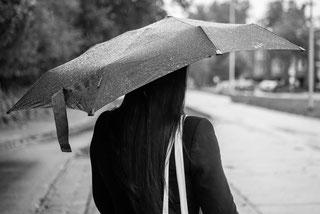 Im Regen stehen, allein, alleingelassen, auf der Suche