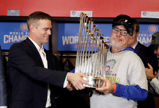 Theo Epstein e Joe Maddon alzano il Trofeo (USA TODAY / VIA REUTERS)