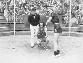 """Nella foto Rita Hayworth (ricevitore) in una scena del film """"Girls Can Play"""" (1937)"""
