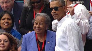 Nella foto il Presidente Obama con la moglie di Jackie Robinson ieri sera allo stadio Latinoamericano