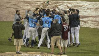 I festeggiamenti della Fortitudo dopo la vittoria per 2-0 che vale il 10° scudetto (Foto Ezio Ratti-FIBS)