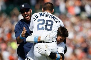 Nella foto JD Martinez festeggiato dai compagni dopo l'homer