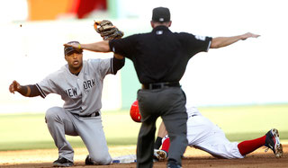 """L'Umpire giudica """"salvo"""" l'arrivo di Ian Kinsler alla seconda base difesa da Robinson Cano  (Reuters/Mike Stone)"""