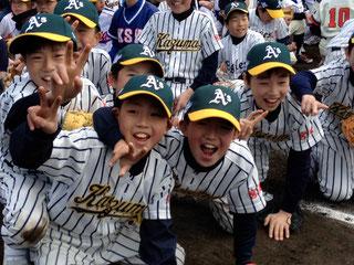 Una squadra di ragazzi presso Ishinomaki Stadium, Giappone (Foto Susan Slusser - The Chronicle)