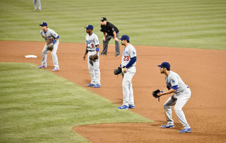 La difesa dei Dodgers contro San Diego (Denis Poroy/Getty Images)