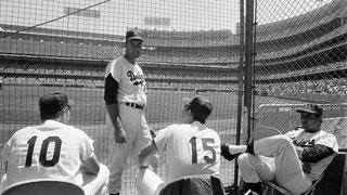 Nella foto il giocatore in piedi è Phil Regan. Seduti da sx a dx, il catcher Jeff Torborg, il pitchers Bob Miller e Ron Perranoski in una foto del 1966. (Photo: Sporting News via Getty Images)