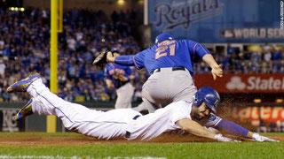 Nella foto Eric Hosmer scivola in prima base (foto da CNN)