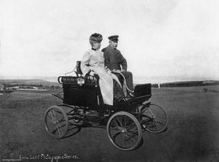 Nella foto Elizabeth Churchill Mayer in auto con il marito Albert Spalding