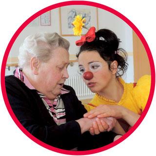 Die Clownin Angelina Haug ist von ganzem Herzen die Clowns-Madame Erna Blümle und besucht alte Menschen in Altenheimen und Pflegeheimen auf Clownsvisitenn