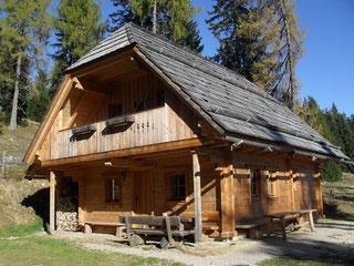 Wurzelhütte auf der Saualm in Kärnten, Urlaub auf der alm, Hüttenurlaub mit Sauna