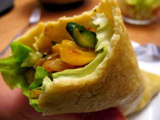 Glutenfreie Paleo Wraps gefüllt mit Grillgemüse