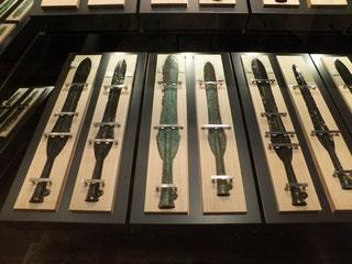 荒神谷で発見された全ての銅矛の袋部には鋳型の土が残されたままでした。このことは、銅矛を武器として使用するより、祭器として使用する目的があったと考えられます。(島根県立古代出雲歴史博物館蔵)