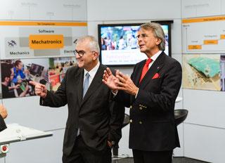 Standortleiter Alfred Koch (r.) und Regierungspräsident Axel Bartelt bei der Betriebsbesichtigung von Siemens Healthineers in Kemnath. (Foto: Siemens Healthineers)