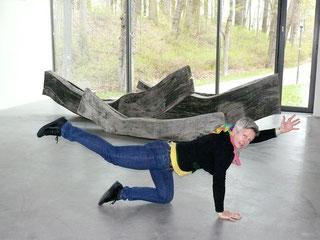 "Anja Schmickal vor David Nash's ""Weathered Vessels"" im Museum Lothar Fischer.  Foto: Edith Viezens-Kleinert"
