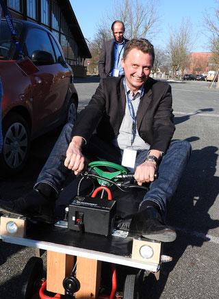 Pfleiderer Vorstand Dirk Hardow testet das 'Last Mile Car' von Clemens Gebhardt und Christopher Vogt vom Johann-Andreas-Schmeller-Gymnasium Nabburg