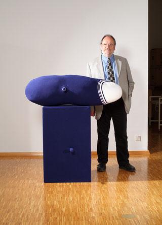 Dieter Brunner vor einem Werk von Erwin Wurm, 2009. Foto: privat.