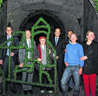 Freuen sich über die Erweiterung der Weihnachtsbeleuchtung in der Innenstadt: Tim Grüttemeier (v.l.), Axel Kahl, Birgit Engelen, Dr. Urban Meurer, Thomas Fürpeil, Christian Clément und Marita Matousék.
