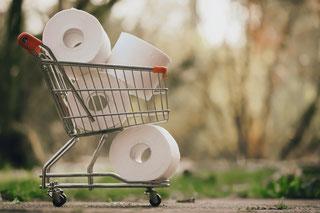 Einkaufswagen mit Toilettenpapierrollen