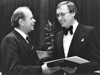 Kultusminister Girgensohn überreicht 1977 die Zelter-Plakette