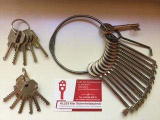 Diverse Schlagschlüssel sowie Sperrhaken für Schubschlösser