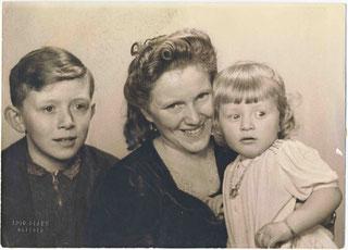 Mutter Frieda Conrad, Sohn Johannes und Tochter Irene, 1940