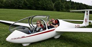 Flugschüler Leonard (vorne) ist bereit für seine Überlandflugeinweisung mit Fluglehrer Michael (hinten)
