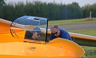 Schüler Johannes wird von Fluglehrer Holger in das Flugzeugmuster Ka 8 eingewiesen
