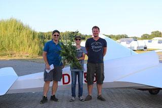 Freiflieger Samuel (mitte) mit seinen Fluglehrern Mark (links) und Mathias (rechts)