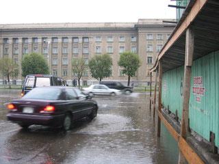 少し雨量が多くなると道路が冠水(国会議事堂の西)
