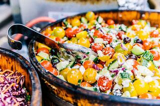 buntes Gemüse und Obst in Herzform