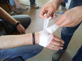 Training der Wundversorgung im Erste Hilfe Kurs
