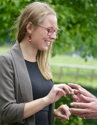 Isabelle Brandstetter überreicht eine Visitenkarte