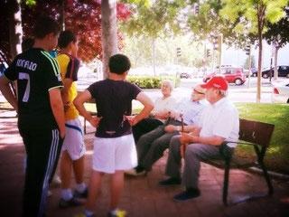 Niños conversan con mayores en el parque de La Maceta de Vicálvaro (Imagen: El Distrito)