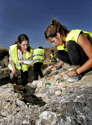Dos arqueólogas trabajando en uno de los yacimientos de Vicálvaro en una imagen del diario 'El País'