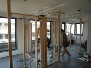 施術室の間仕切下地を造作中です。