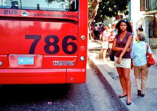 eine Schöne am roten Bus