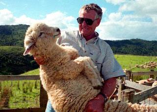 John zeigte wie man ein Schaf zur Schur aufnimmt