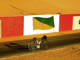 die Wandereungen im Wüsten-Sand sind anstrengend