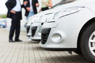 Autoverkäufer und Kunden bei der Verhandlung