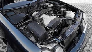 Gebrauchtes Auto mit Motorhaube offen