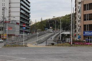 駅前ロータリーの傾斜道路を登る