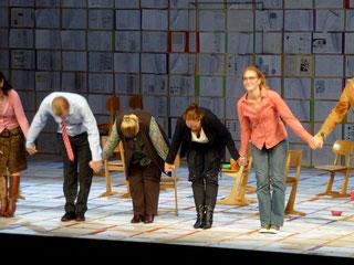 Foto aus dem Theater Erlangen mit Anja Lechle beim Applaus