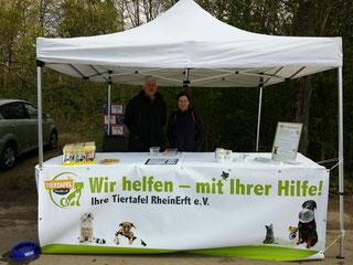 Monika und Dieter am Checkpoint der Tiertafel; Foto: Cremer