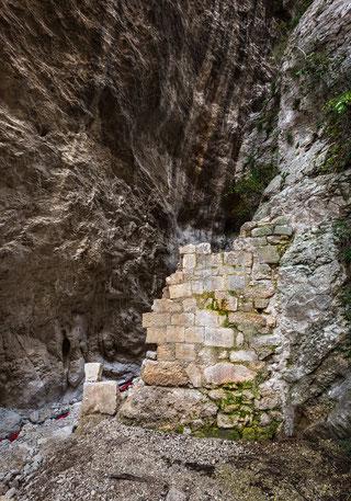 San Martino in Valle, resti della porta di accesso alla valle