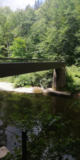 Die Wutach wird häufig überquert, wenn man den Schluchtensteig zwischen Wutachmühle und Schattenmühle entlang wandert.