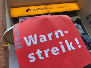 Für die Beschäftigten der Postbank Filialvertrieb AG fordert Verdi ein Angebot zum Kündigungsschutz und ein verbessertes Gehaltsangebot. Foto: Paul Zinken